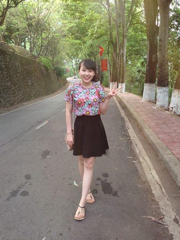 ootd, áo hoa, chân váy đen