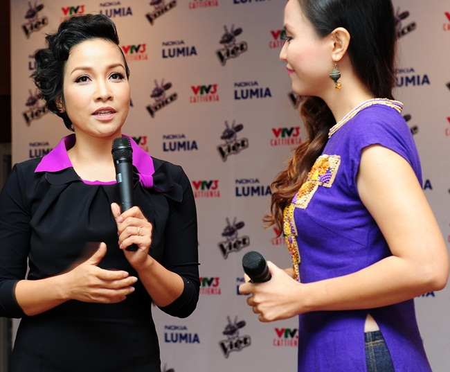 Diva Mỹ Linh trả lời báo giới. Gu thời trang của chị ngày càng được khen ngợi.