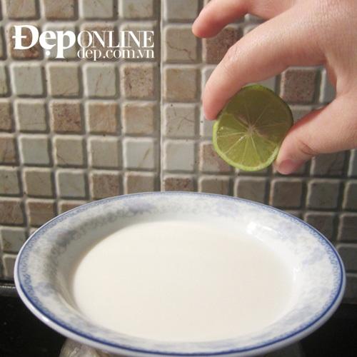 chữa quầng thâm mắt bằng sữa và chanh