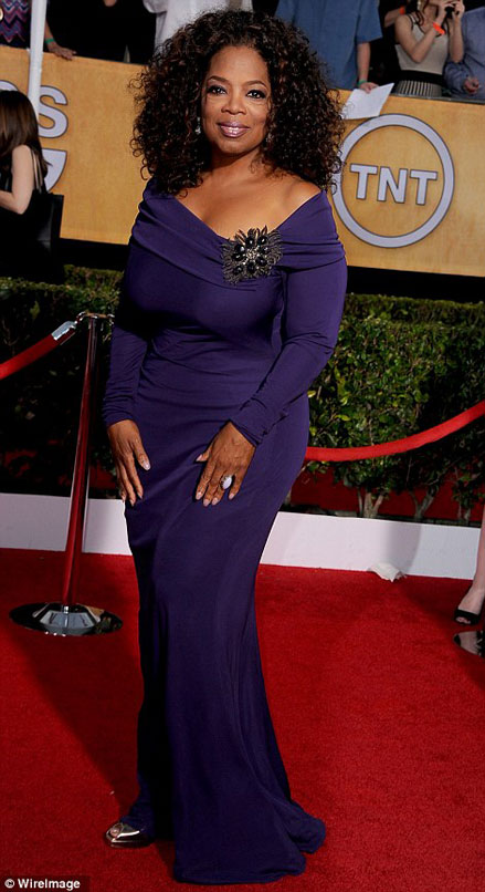 Oprah Winfrey thể hiện vẻ đẹp đầy quyền lực trên thảm đỏ trong bộ đầm tím đậm Bradley Mischka.