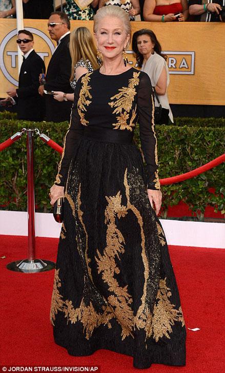 Helen Mirren tiếp tục khẳng định vẻ đẹp cổ điển vượt thời gian trong bộ đầm đen ánh vàng.
