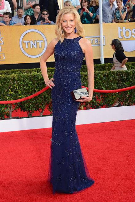 """Ngôi sao của bộ phim """"Breaking Bad"""" Anna Gunn tỏa sáng trong nụ cười rạng rỡ với thiết kế đầm xanh tuyệt đẹp."""