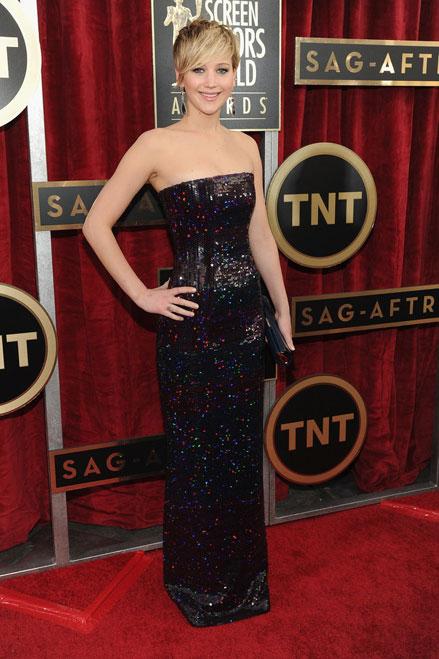 Jennifer Lawrence quá quyến rũ trong thiết kế hở vai Dior.