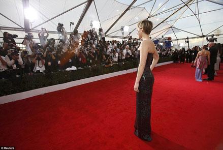Những đường cong quyến rũ của Jennifer Lawrence thu hút sự chú ý của các ống kính.
