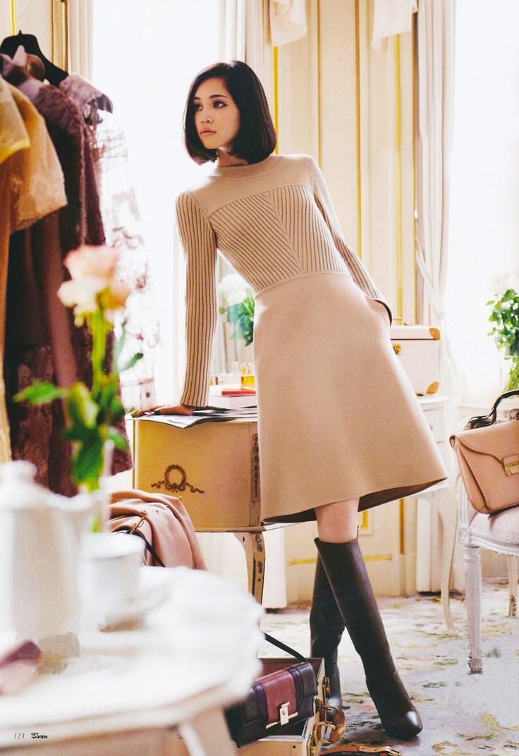 """Kiko Mizuhara là một người mẫu của Nhật mang hai dòng máu Mỹ - Hàn. Từng được đánh giá là một cô gái """"không xứng làm người mẫu"""" với vòng một quá nhỏ và chiều cao khiên tốn, nhưng Kiko Mizuhara đã chứng tỏ điều ngược lại, rằng cô hoàn toàn có thể làm một người mẫu chuyên nghiệp.    Dáng vẻ thanh thoát như một """"nàng thơ"""", gương mặt đặc trưng châu Á và có khả năng thể hiện thần thái tốt trong các shot hình, Kiko Mizuhara là một trong những người mẫu được nhiều nhà thiết kế tên tuổi trong ngành thời trang mời hợp tác cũng như nhiều lần được ngồi ở hàng ghế đầu trong những show diễn lớn.  trang-diem-tu-nhien-kikomizuhara-deponline   Gương mặt của Kiko Mizuhara lai Âu - Á với những nét đặc trưng như da trắng, mũi cao, mắt mí nhỏ và môi mọng. Phong cách trang điểm cô thường chọn đó là nhấn mạnh sự tự nhiên, đánh nền mỏng, mắt nhẹ và tạo điểm nhấn ở đôi môi đầy gợi cảm và cũng là thế mạnh của mình. Kiểu trang điểm này nổi bật bởi sự đơn giản, không cầu kỳ, vì thế bạn hoàn toàn có thể thực hiện cho mình chỉ với một vài bước như sau.  trang-diem-tu-nhien-kikomizuhara-deponline   Đầu tiên, chúng ta cần đánh một lớp kem lót (primer) cho toàn bộ khuôn mặt. Sau đó đánh một lớp kem nền dạng lỏng có màu tương đồng với màu da.  trang-diem-tu-nhien-kikomizuhara-deponline   Dùng phấn mắt tông vàng nhạt đánh đều toàn bộ bầu mắt. Lấy ngón tay tán đều phấn từ góc mắt ra đến đuôi mắt. Làm tương tự cho mí dưới.  trang-diem-tu-nhien-kikomizuhara-deponline   Dùng mắt nước dạng lỏng kẻ một đường mảnh ở chân mi và tô đậm hơn ở phần đuôi mắt. Với phong cách này chúng ta không cần kéo đuôi mắt quá cao.  trang-diem-tu-nhien-kikomizuhara-deponline   Dùng kẹp bấm để có hàng mi cong tự nhiên.  trang-diem-tu-nhien-kikomizuhara-deponline   Chuốt mascara toàn bộ mi  trang-diem-tu-nhien-kikomizuhara-deponline   Chúng ta đã hoàn thành phần trang điểm mắt  trang-diem-tu-nhien-kikomizuhara-deponline   Tiếp theo, dùng cọ kabuki đầu tròn phủ một lớp phấn ngọc trai toàn bộ gương mặt, nhấn vùng chữ T và hai gò"""