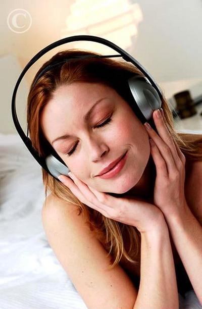 woman_listening_music_046782.jpg