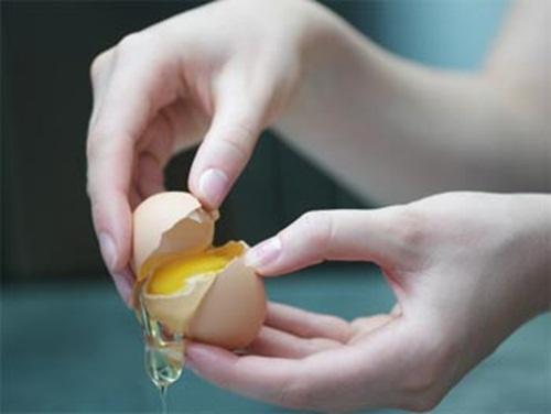 2 bước đắp mặt nạ từ một quả trứng gà