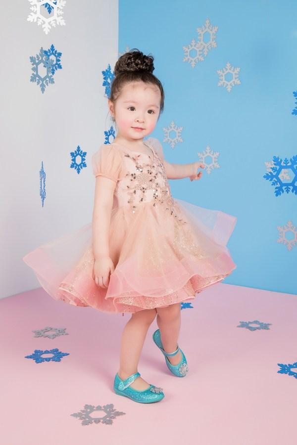 Con gái Elly Trần gây sốt với ảnh Giáng Sinh đáng yêu