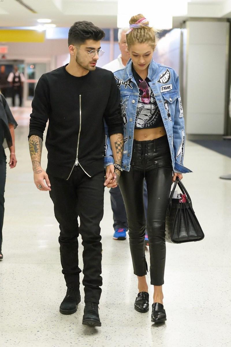 Xuất hiện tại sân bay, cả hai tiếp tục khiến người hâm mộ ngất ngây với những món đồ mang sắc đen đẹp mắt, tay trong tay tình cảm vô cùng ngọt ngào
