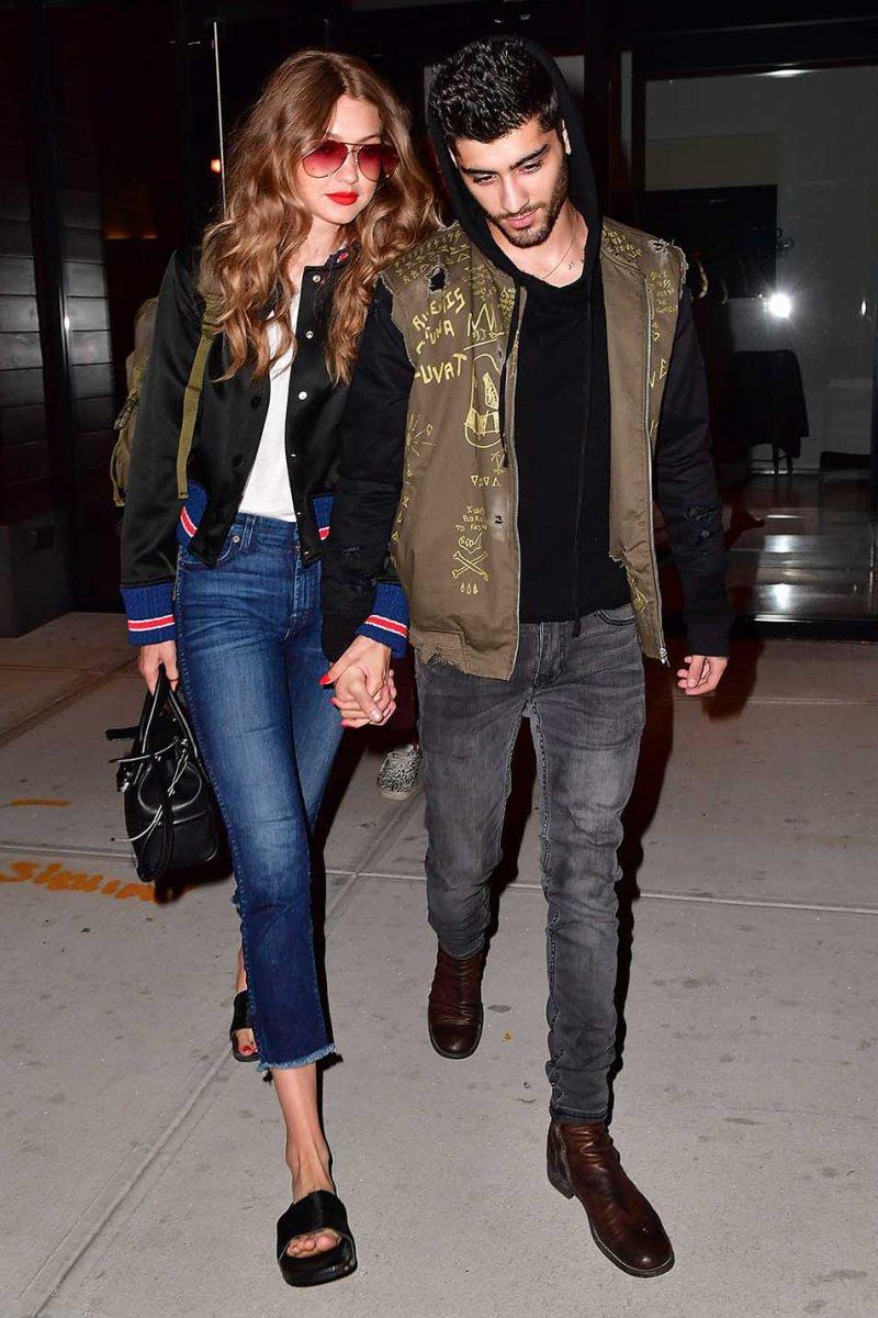 """Áo khoác bomber và quần jeans là công thức chung rất được cặp đôi yêu chuộng. Những phụ kiện tinh tế, """"đắt giá"""" giúp vẻ ngoài của cặp đôi càng thêm tỏa sáng"""