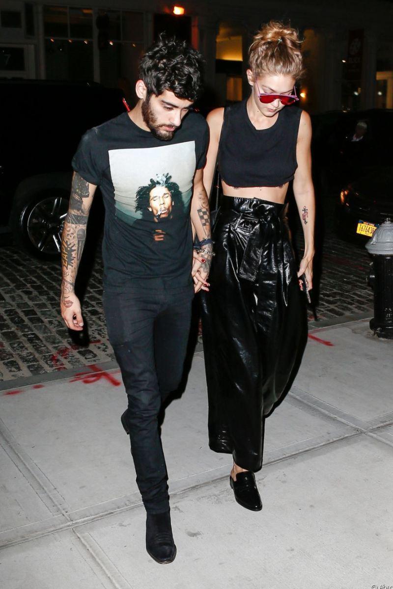 """Những chiếc áo crop-top khoe eo quyến rũ là món đồ """"ruột"""" của Gigi khi tay trong tay bên chàng, thử hỏi sao chàng Zayn không mê nàng như điếu đổ"""
