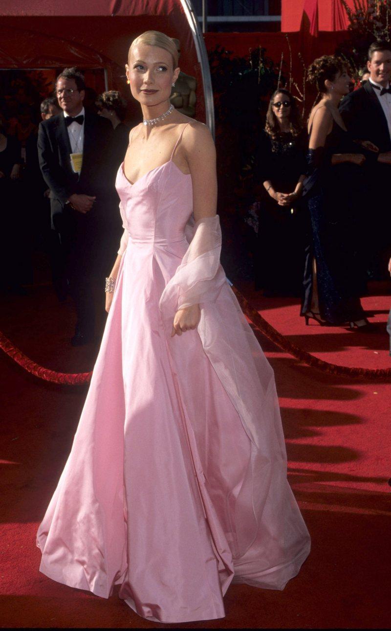 Gwyneth Paltrow xinh như công chúa trong thiết kế đầm hồng ngọt ngào của Ralph Lauren, tỏa sáng rực rỡ trên thảm đỏ Oscar 1999