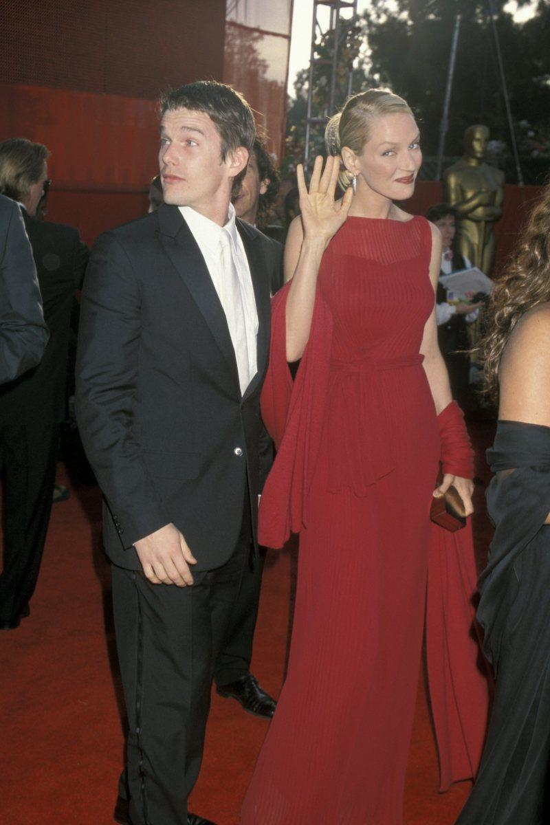 Thiết kế mang sắc đỏ nồng nàn của nhà mốt Ý Alberta Ferretti làm nên khoảnh khắc mê hoặc trên thảm đỏ Oscar 2000 cho nữ diễn viên Uma Thurman