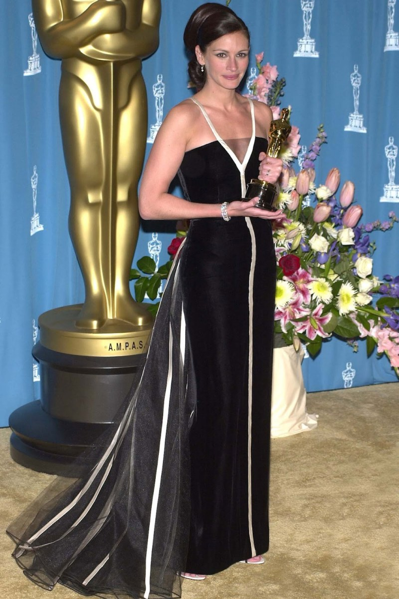 """Không chỉ chạm tay đến tượng vàng Oscar năm 2001 dành cho """"Nữ diễn viên chính xuất sắc nhất"""" với vai diễn Erin Brockovich trong bộ phim cùng tên, Julia Roberts còn để lại dấu ấn mạnh mẽ trong chiếc đầm đen Valentino cổ điển nhưng không kém phần quyến rũ"""