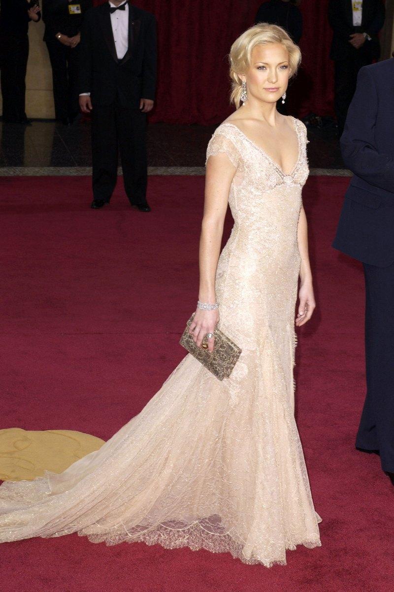"""Lễ trao giải Oscar 2003 chứng kiến khoảnh khắc mỹ nhân Kate Hudson lộng lẫy trong chiếc đầm ren kiêu sa của Atelier Versace, """"bỏ bùa mê"""" mọi ánh nhìn trên thảm đỏ"""