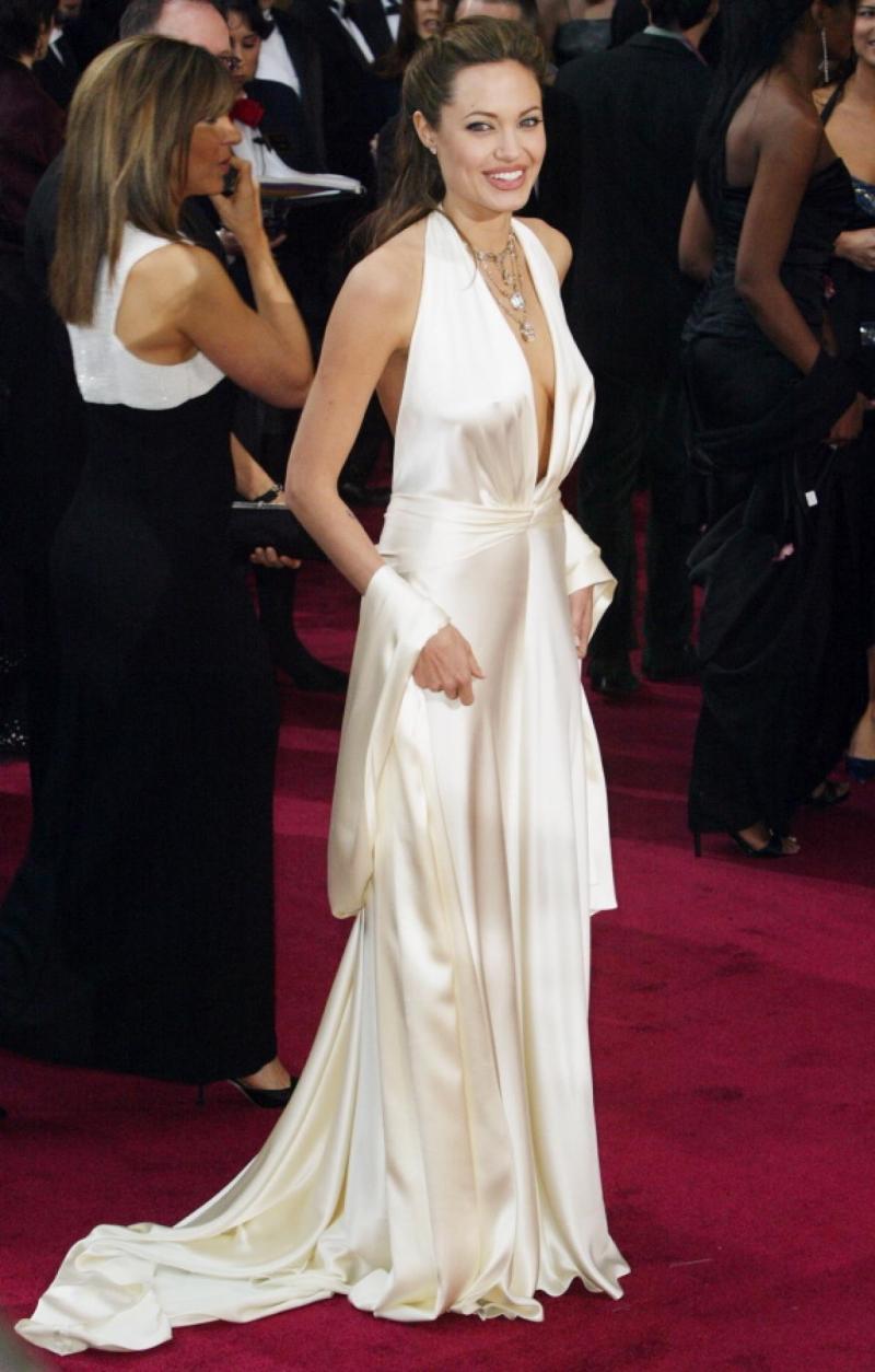 """Đầm lụa trắng xẻ ngực sâu táo bạo của Marc Bouwer tô đậm thần thái hút hồn và những đường cong nóng bỏng cho """"biểu tượng sắc đẹp"""" Angelina Jolie khi xuất hiện trên thảm đỏ Oscar 2004"""