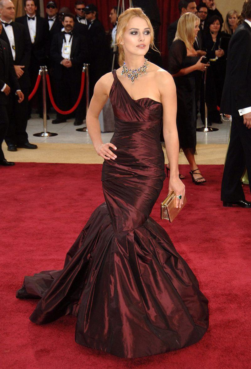 """Nữ diễn viên Keira Knightley đẹp tựa nữ thần trong thiết kế đầm đỏ lệch vai của Very Wang, phô diễn thân hình """"đồng hồ cát"""" đáng ngưỡng mộ trên thảm đỏ Oscar 2006"""