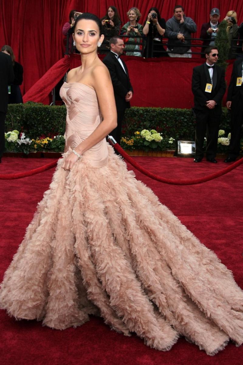 """Thêm một thiết kế lộng lẫy của nhà mốt Atelier Versace làm """"khuynh đảo"""" thảm đỏ Oscar 2007, trở thành một trong những khoảnh khắc nữ minh tinh nóng bỏng Penelope Cruz không thể nào quên"""