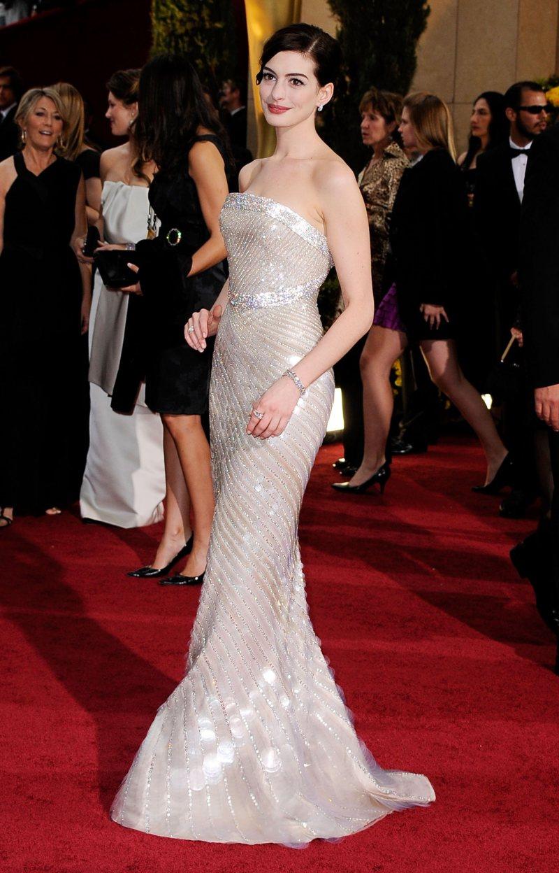 Đầm cúp ngực ánh kim đẹp mê hoặc của Armani Privé góp phần giúp nữ diễn viên Anne Hathaway trở thành biểu tượng thời trang cuốn hút trên thảm đỏ Oscar 2009
