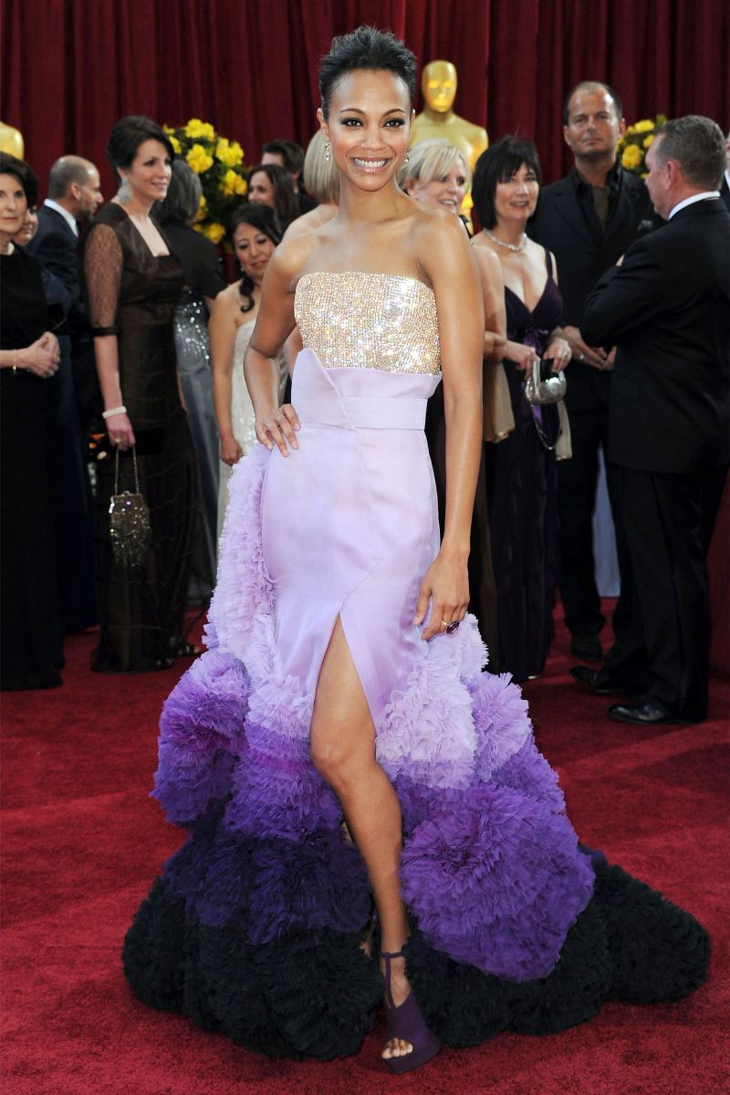 """NTK Riccardo Tisci khi còn tại vị ở Givenchy đã sáng tạo bộ cánh mang sắc tím phối ánh kim lãng mạn, sắc sảo, được tán dương không ngớt tại thảm đỏ Oscar 2010 khi được diện bởi của mỹ nhân phim """"Avatar"""" Zoe Saldana"""