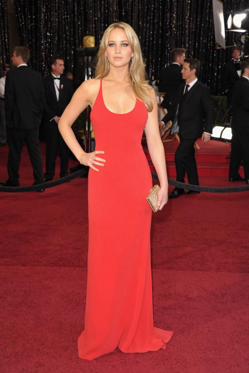 """Người đẹp tài năng Jennifer Lawrence luôn là cái tên """"nóng"""" khi thả dáng trên thảm đỏ tại các kỳ Oscar. Bộ đầm đỏ đơn giản nhưng vô cùng quyến rũ của Calvin Klein giúp Jennifer Lawrence thâu tóm mọi ánh nhìn khi xuất hiện trên thảm đỏ Oscar 2011"""