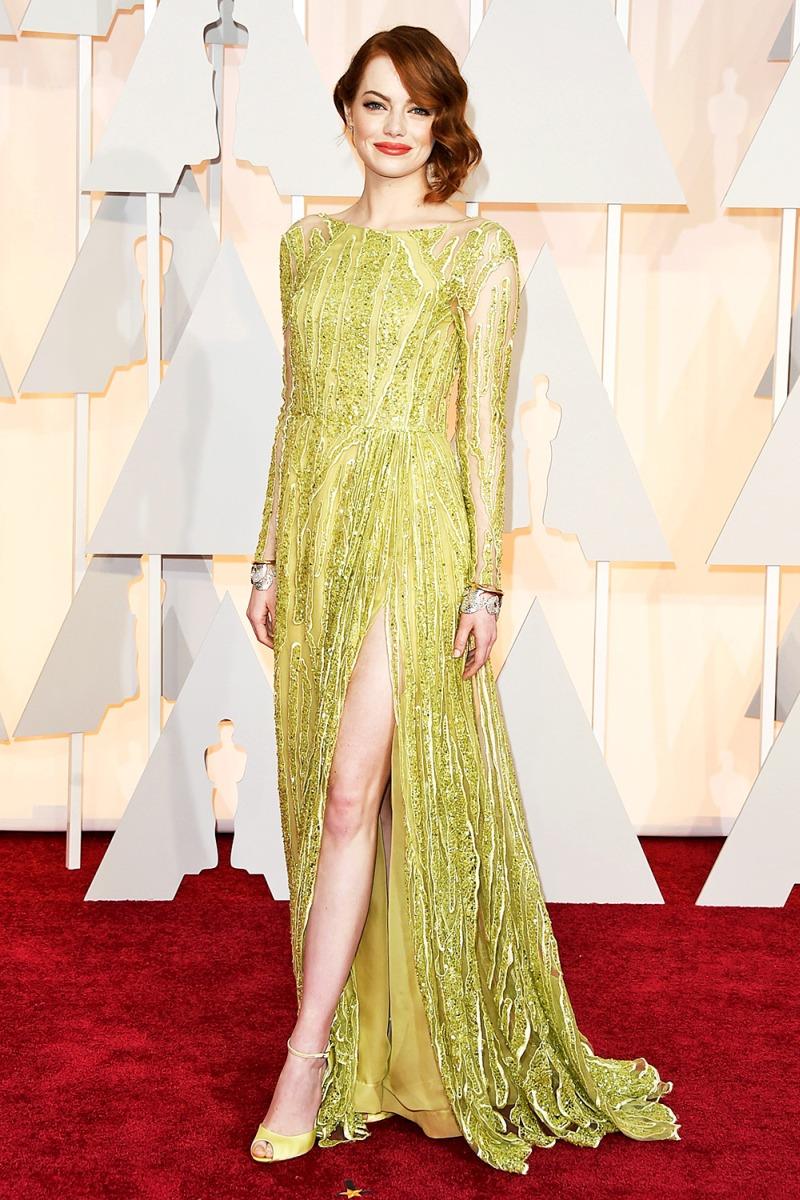 """""""Nữ thần thảm đỏ"""" Emma Stone khoe dáng ngọc trong thiết kế đầm xẻ tà của Elie Saab tại thảm đỏ Oscar 2015. Mỹ nhân phim """"La la land"""" tiếp tục được nhiều người ngóng trông khoảnh khắc tỏa sáng rực rỡ tại lễ trao giải Oscar 2017 đã đến rất gần"""