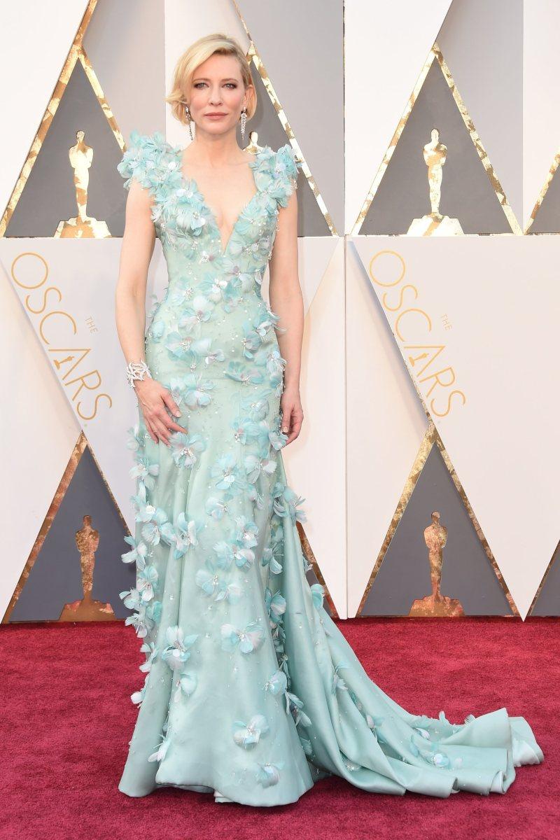 Nhắc đến Oscar 2016 không thể không nhắc đến nữ diễn viên nổi tiếng Cate Blanchett và bộ đầm được đính kết tinh xảo của nhà mốt Armani Privé. Ở tuổi 47, nữ minh tinh khiến nhiều người ngưỡng mộ khi sở hữu nhan sắc tươi trẻ cùng thân hình vô cùng gợi cảm