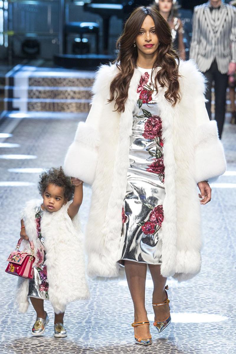 Những câu chuyện về gia đình được Dolce   Gabbana truyền tải khéo léo, biến  sàn diễn mùa mốt Thu Đông 2017 trở thành dấu ấn đặc sắc giữa thành phố  Milan ... c3a936a9fc