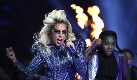 Cận cảnh thỏi son được Lady Gaga dùng cho màn trình diễn trong Super Bowl 2017