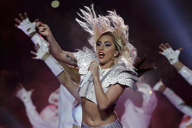 Lady Gaga durante su presentación en el espectáculo de medio tiempo del Super Bowl 51 de la NFL entre los Patriots de Nueva Inglaterra y los Falcons de Atlanta el domingo 5 de febrero de 2017 en Houston. (Foto AP/Matt Slocum)