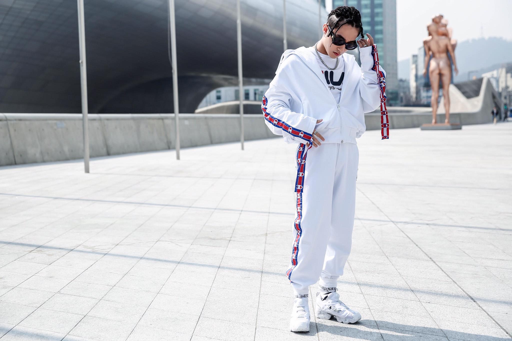 """So với hình tượng """"ông bố thập niên 80"""" của ngày hôm trước, tại ngày thứ 3 của Seoul Fashion Week, Sơn Tùng thay đổi 180o khi xuất hiện khỏe khoắn trong set đồ thể thao trắng muốt."""