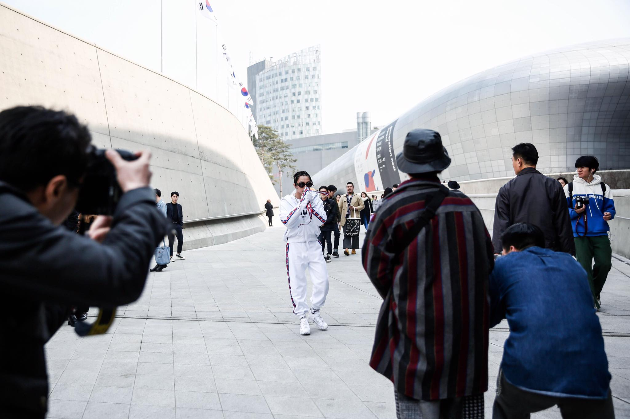 Gout thời trang cá tính đã khiến Sơn Tùng trở thành tâm điểm của những ống kính phóng viên quốc tế.