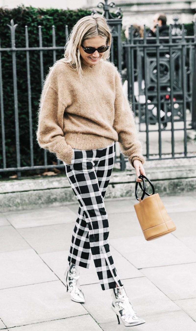 Lucy Williams tỏa sáng tại tuần lễ thời trang London với quần họa tiết kẻ ô trắng đen phối cùng bốt ánh kim, áo len và túi mang sắc nâu camel sang trọng