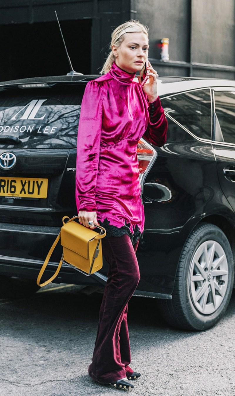 """""""Cây"""" hồng đặc sắc phối cùng túi hộp thể hiện gu thẩm mỹ tinh tế và khả năng """"chơi"""" màu tài tình của Pandora Sykes"""