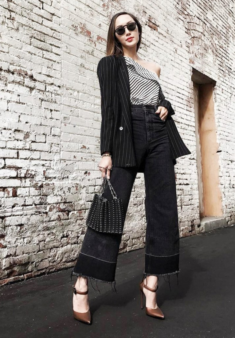 """Chriselle Lim phối áo lệch vai và blazer kẻ sọc với quần jeans ống rộng, thêm loạt phụ kiện sành điệu để sẵn sàng """"thâu tóm"""" mọi ánh nhìn khi thả mình trên phố"""