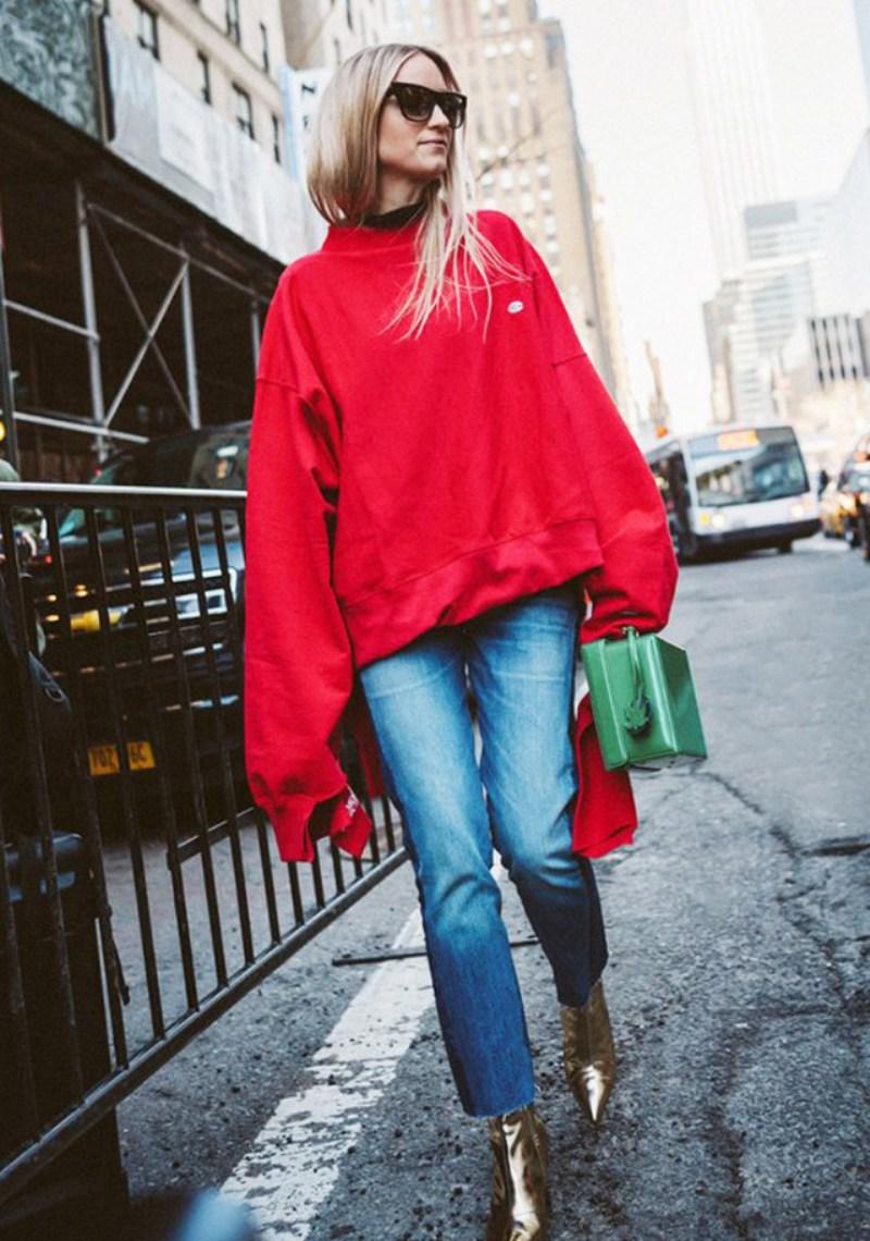 """Áo nỉ rộng thùng thình mang màu sắc nổi bật là lựa chọn hoàn hảo giúp nàng Charlotte Groeneveld tỏa sáng trên """"sàn diễn đường phố"""""""
