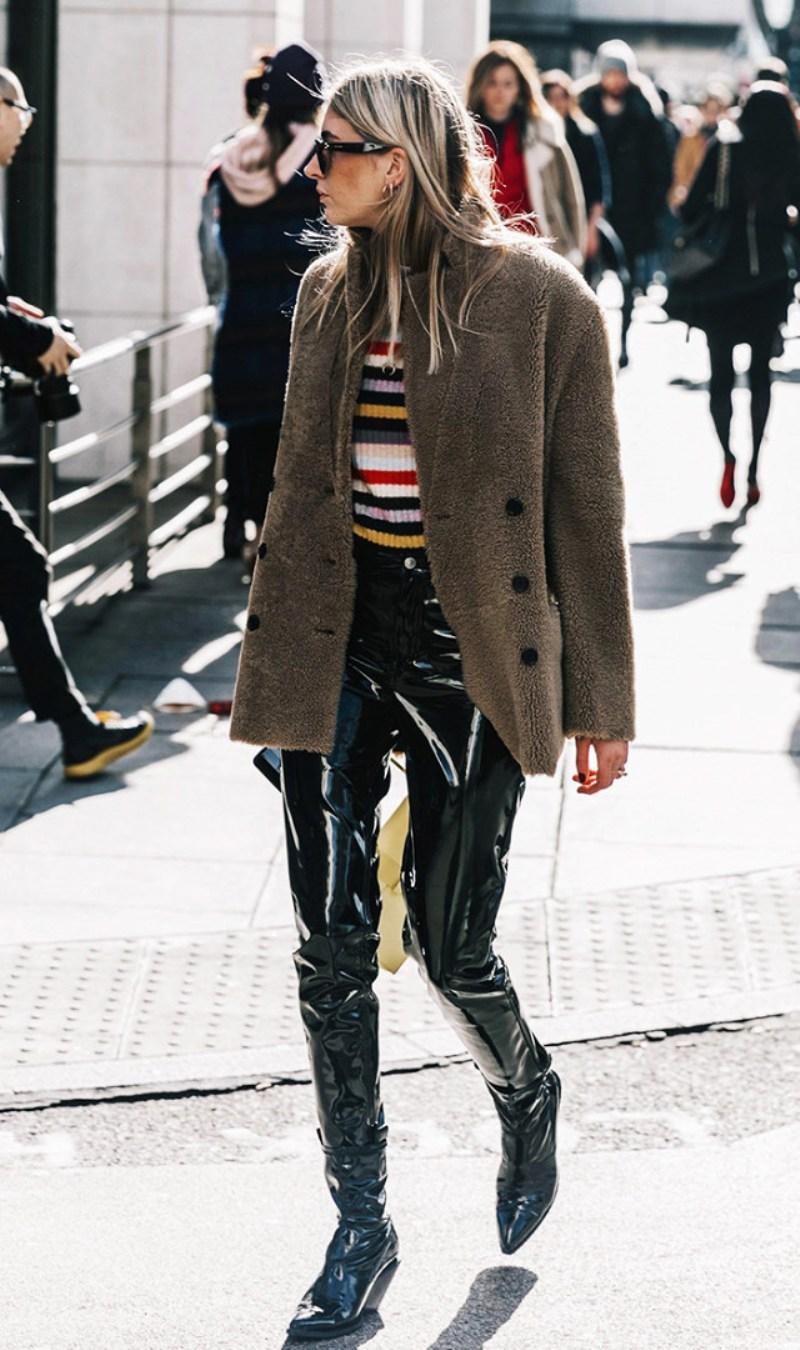 """Camille Charrière phối quần vinyl với áo len sọc cầu vồng và áo khoác lông màu xám, tự tin thu hút mọi ống kính nhờ gu thẩm mỹ """"không phải dạng vừa"""""""