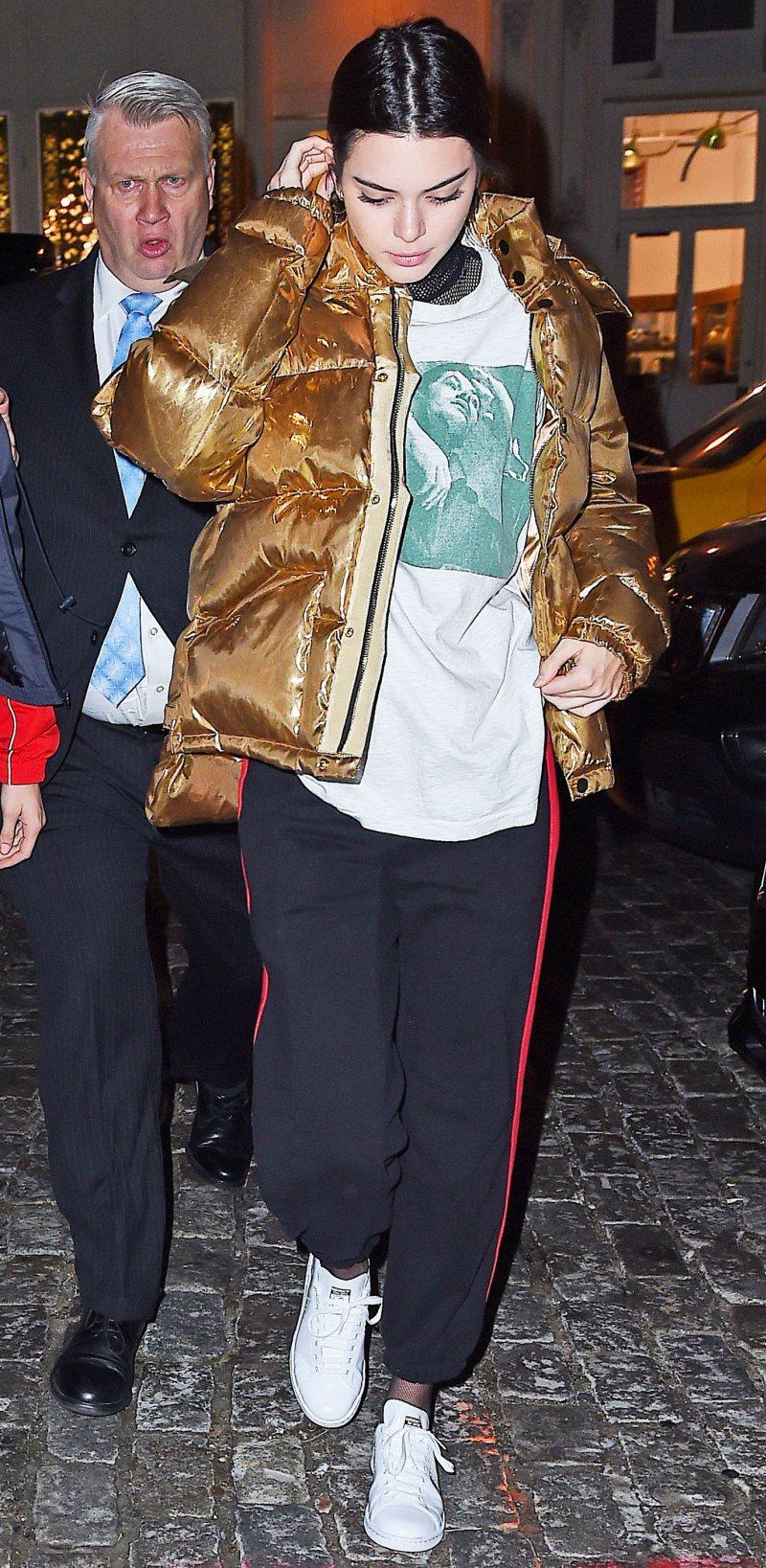 Kendall Jenner xuất hiện năng động trên phố với quần thể thao phối cùng giày sneaker, áo thun và áo khoác phao màu ánh kim sành điệu