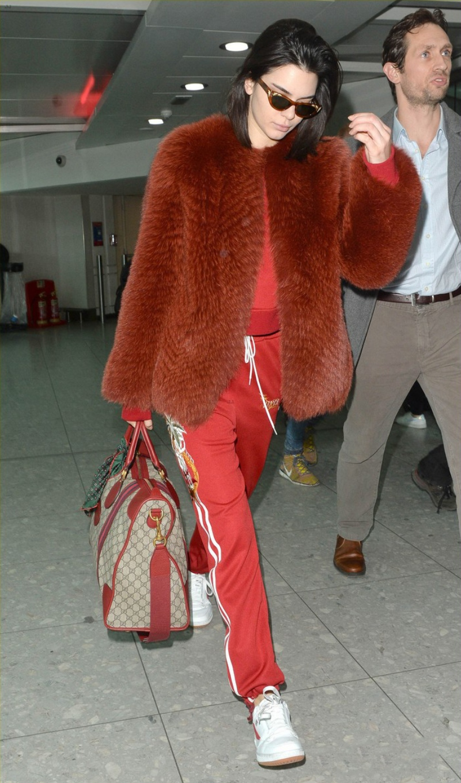 """Kendall Jenner thu hút mọi sự chú ý tại sân bay khi diện cả """"cây"""" thể thao mang sắc đỏ bắt mắt, không quên nâng tầm phong cách với áo khoác lông và loạt phụ kiện đồng bộ đẹp hút hồn"""