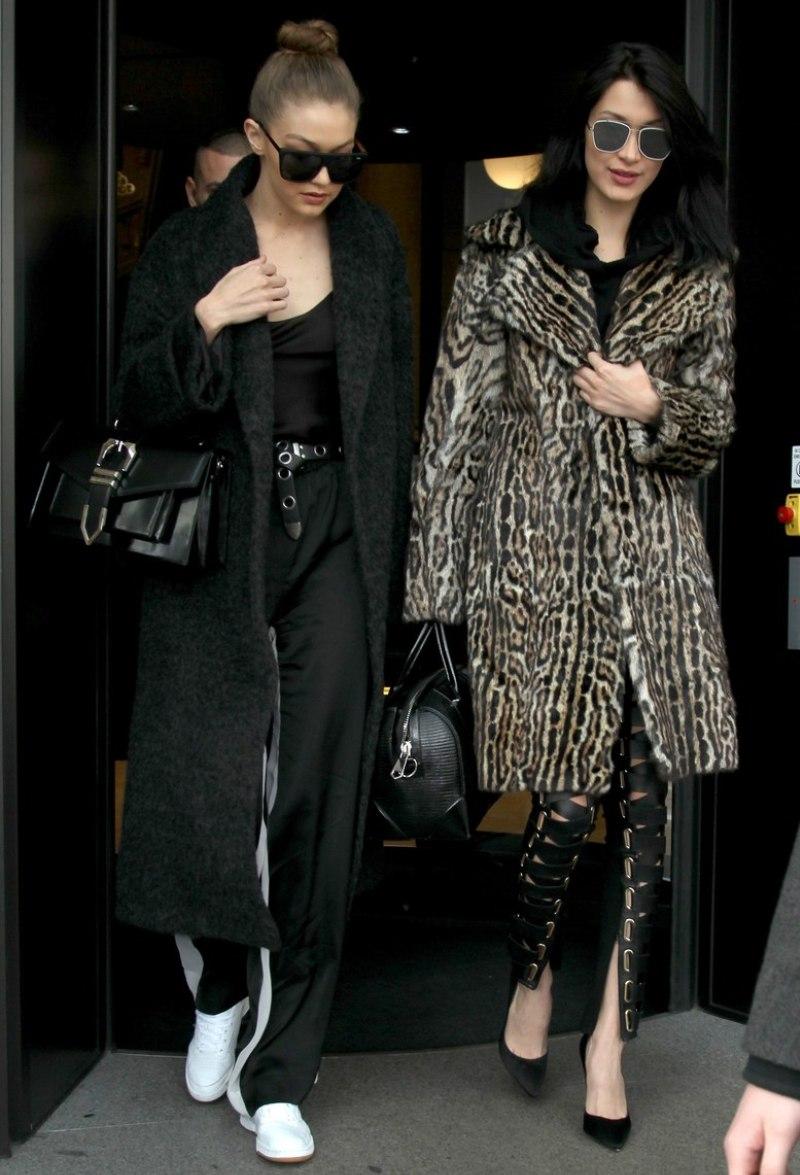 """""""Từ điển"""" mặc đẹp của siêu mẫu Gigi Hadid tất nhiên không thể thiếu chiếc quần """"nóng sốt"""" này. Cô nàng sử dụng thắt lưng và áo khoác dáng dài khiến tổng thể vừa sang chảnh vừa không mất đi vẻ trẻ trung, năng động"""