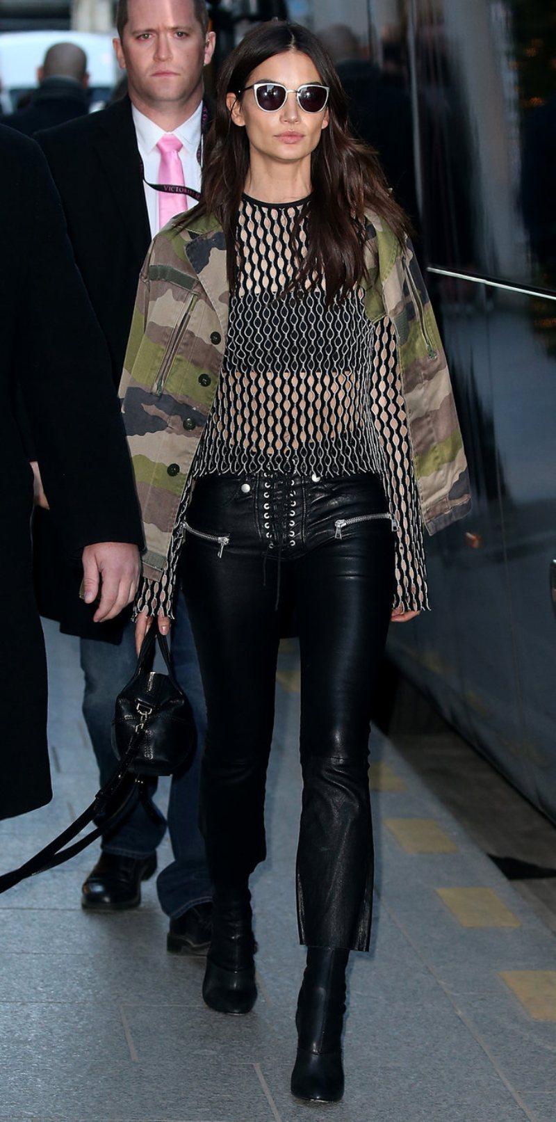 """Kendall Jenner tiếp tục có một cuộc """"đụng hàng"""" thú vị với thiên thần Victoria Secret Lily Aldridge trong một thiết kế quần thắt dây chất da sành điệu khác của thương hiệu Unravel Project"""