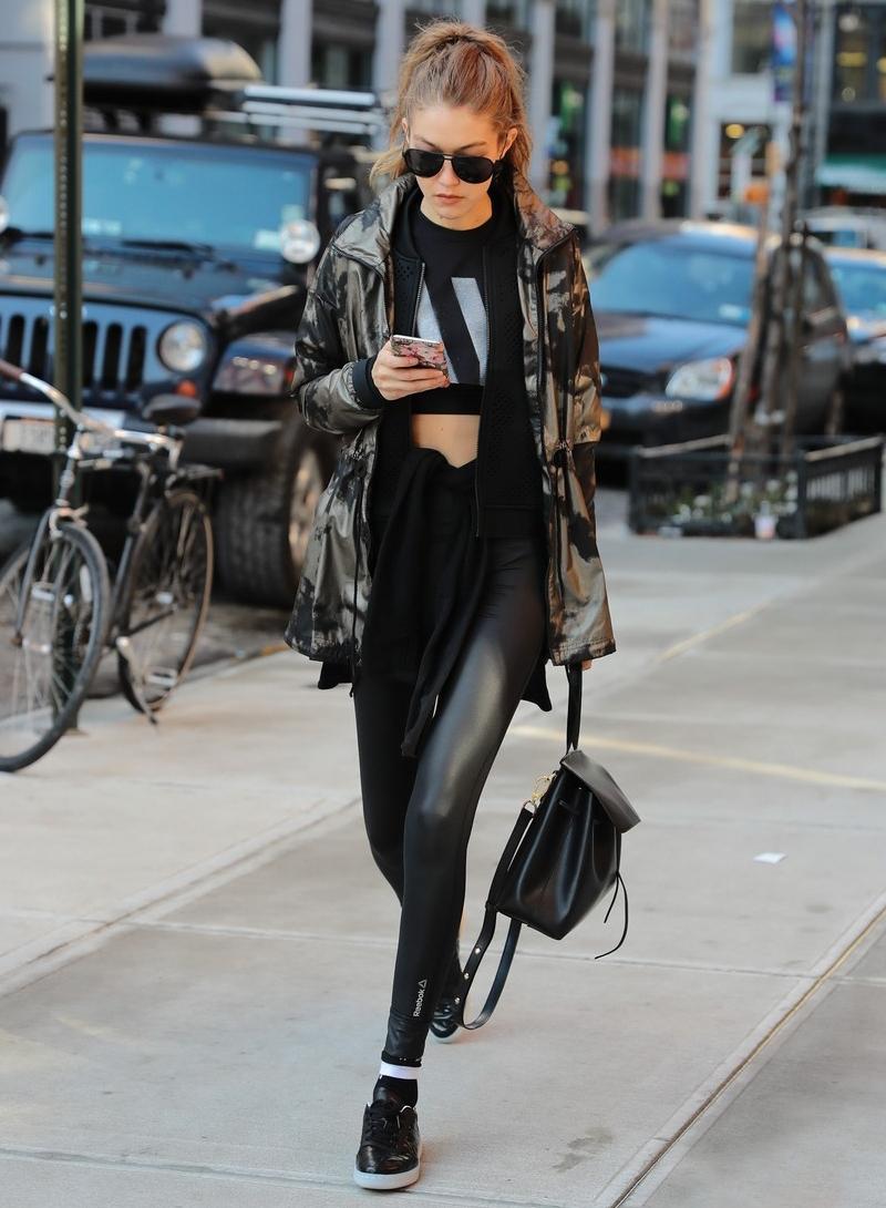 Gigi Hadid lại chuộng áo khoác buộc ngang eo khi diện cùng quần leggings, mang đến vẻ ngoài vừa phóng khoáng vừa trẻ trung, hiện đại