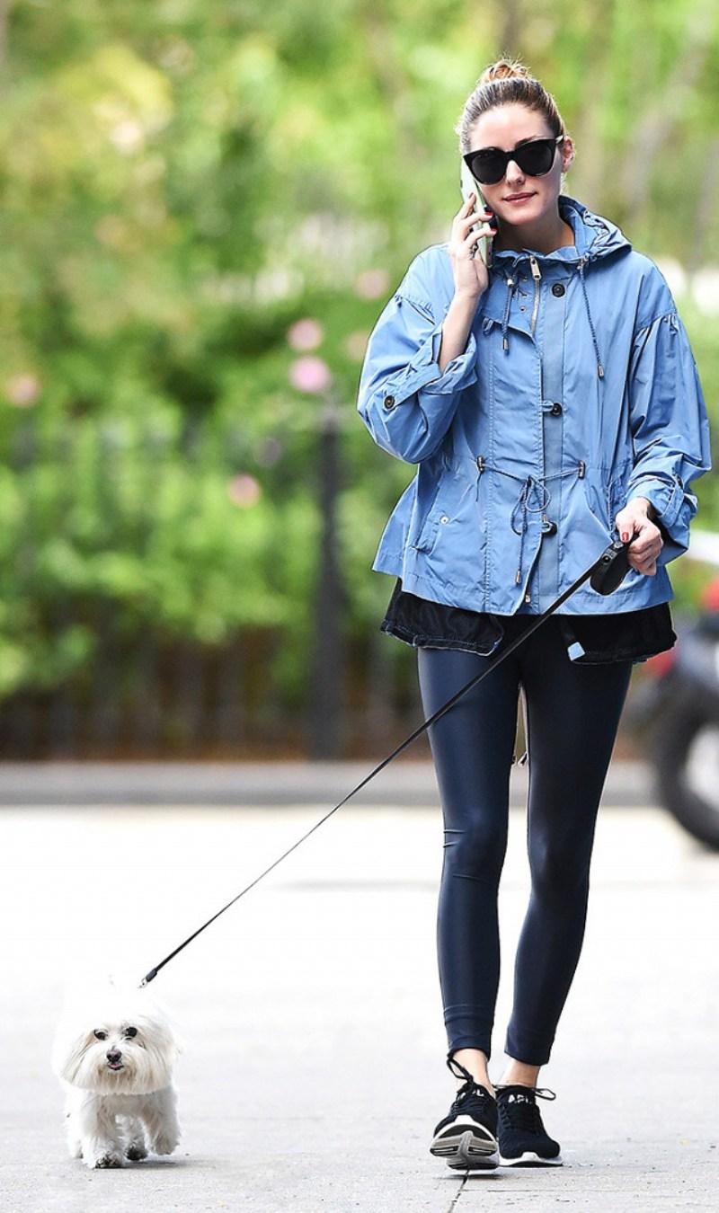 Một chiếc áo khoác đặc sắc, giày thể thao và tất nhiên không thể thiếu những phụ kiện thời thượng là điểm chung trong công thức dạo phố tràn đầy sức sống của dàn mỹ nhân Thế giới với quần legging