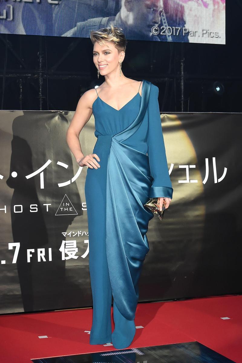 Nữ diễn viên có thu nhập phòng vé cao nhất Hollywood năm 2016 nổi bật trong bộ jumpsuits xanh của hãng Balmain với chi tiết phối vải lụa lệch thân cực bắt mắt nhưng vẫn không kém phần sang trọng