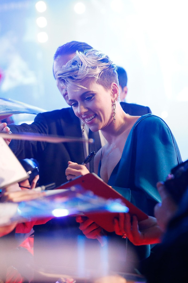 Scarlett Johansson tươi cười giao lưu và ký tặng đông đảo fan hâm mộ ở đất nước mặt trời mọc