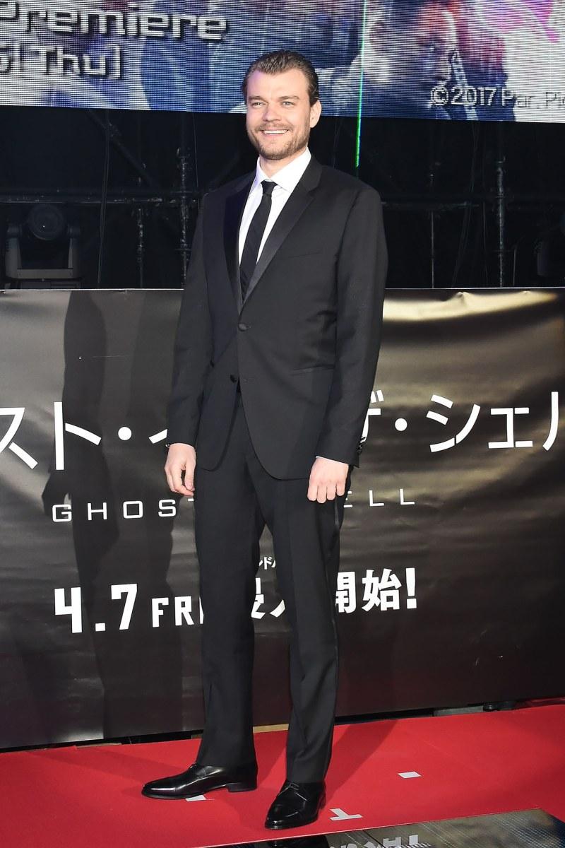 Nam diễn viên điển trai người Đan Mạch Pilou Asbæk thủ vai Batou – cộng sự thân thiết của Thiếu Tá. Tham gia sự kiện này, anh lựa chọn bộ vest đen cực kỳ cổ điển được nhấn nhá bằng chất liệu lụa nơi ve áo và khuy cài