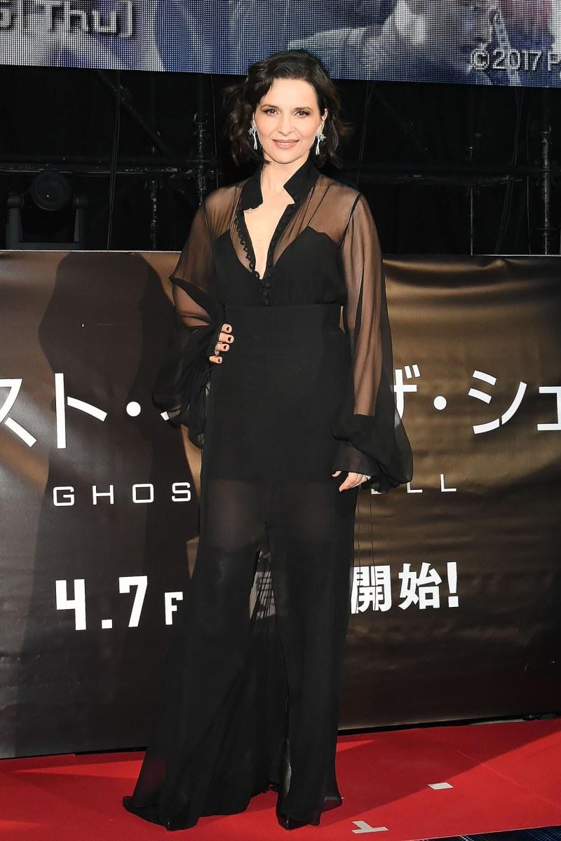 Nữ diễn viên Pháp Juliette Binoche (vai tiến sĩ Ouelet) cuốn hút mọi ánh nhìn trong bộ cánh xuyên thấu mang sắc đen bí ẩn và gợi cảm