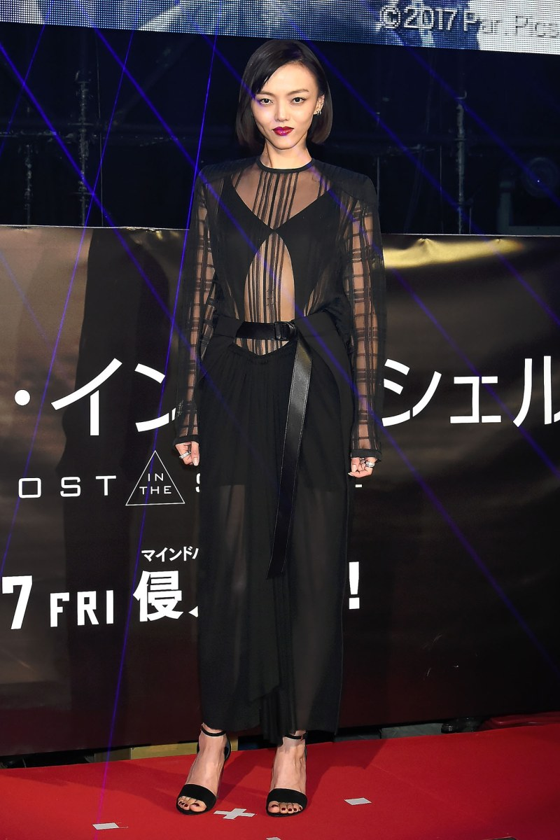 Nữ diễn viên xinh đẹp của xứ sở hoa anh đào Rila Fukushima cũng lựa chọn bộ đầm đen xuyên thấu phô diễn gu thời trang sắc sảo đầy mê hoặc