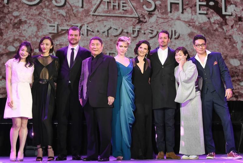 """Đạo diễn Rupert Sanders cùng dàn diễn viên """"Vỏ bọc ma"""" trên sân khấu thảm đỏ buổi công chiếu"""