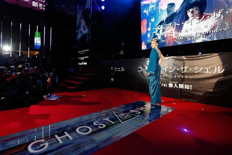 """Scarlett Johansson khoe dáng gợi cảm ngay trên """"thảm đỏ"""" độc nhất vô nhị này"""